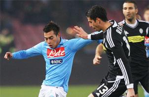 Vargas por fin fue figura en el Napoli, anotó tres goles en la Europa League.