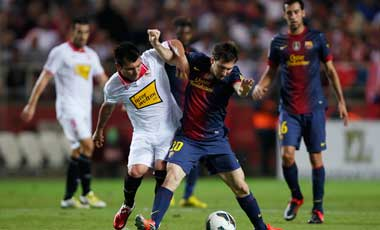 La expulsión de Medel fue clave en la derrota del Sevilla ante el Barcelona.
