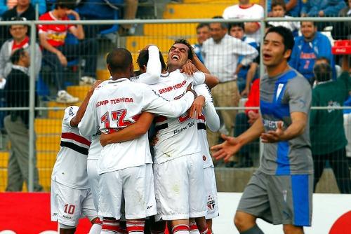 Sao Paulo celebrando el primer tanto del partido ante la molestia de los jugadores cruzados.