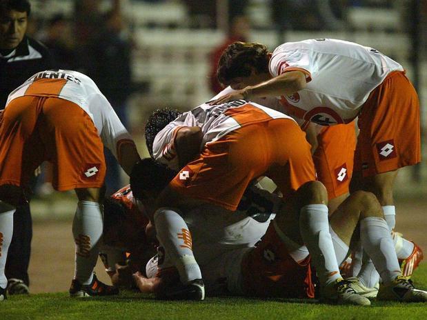 Todos los abrazos para el paraguayo Cantero. Se jugaban cuatro minutos de descuento