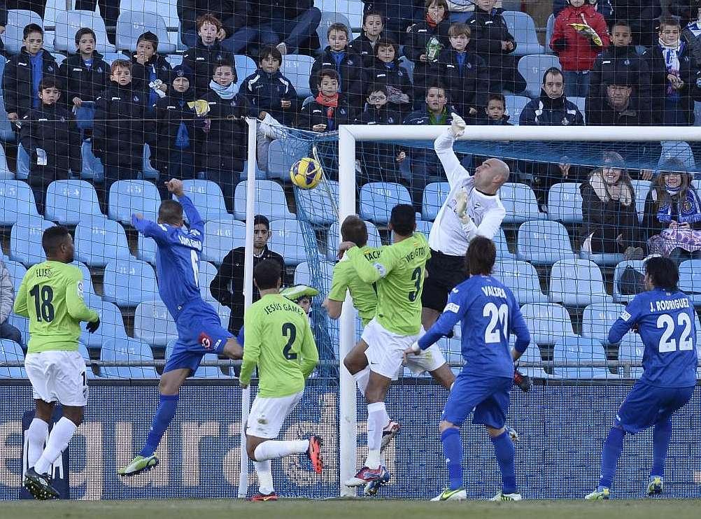 El cuadro de Manuel Pellegrini volvió a caer como forastero y se aleja de la tercera plaza de la liga española.