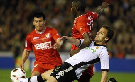 El Sevilla con Medel no pudo contra el Valencia que lo ganó por 2 a 0.