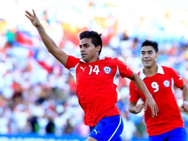 Rabello se acaba de meter en la historia del fútbol chileno y celebra con todo el gol que al final nos dio la clasificación al Mundial.