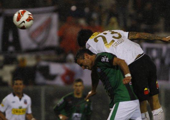 Javier Toledo anotó un golazo de cabeza. los albos clasificaron a la siguiente ronda de la Copa Libertadores.