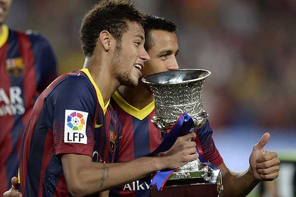 Alexis Sánchez junto a Neymar Jr con la copa