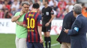 Martino habla con Messi cuando sale lesionado en el partido con Almería