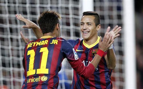 Sánchez y Neymar celebran el gol del triunfo en el clásico catalán.