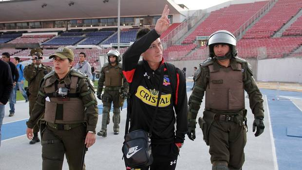 El volante de Colo Colo fue detenido por pisar y patear una bandera azul.