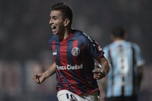 Correa celebra el gol que le dio la victoria a San Lorenzo