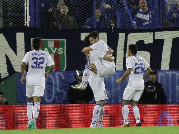 Todos los abrazos para Mauro Zarate, tras su golazo de chilena ante Central