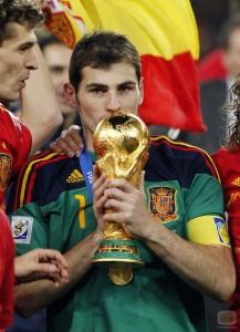 El portero del Real Madrid y la Selección de España, se ha dado el lugo de levantar dos Eurocopas y la Copa del Mundo en Sudáfrica 2010.