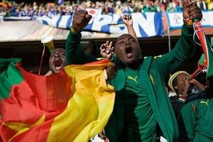 Los hinchas de Camerún vueltos locos tras la clasificación de su Selección al Mundial.