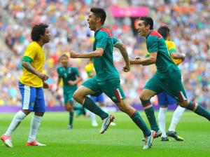 Oribe Peralta celebrando sus golazos a Brasil en Londres 2012.