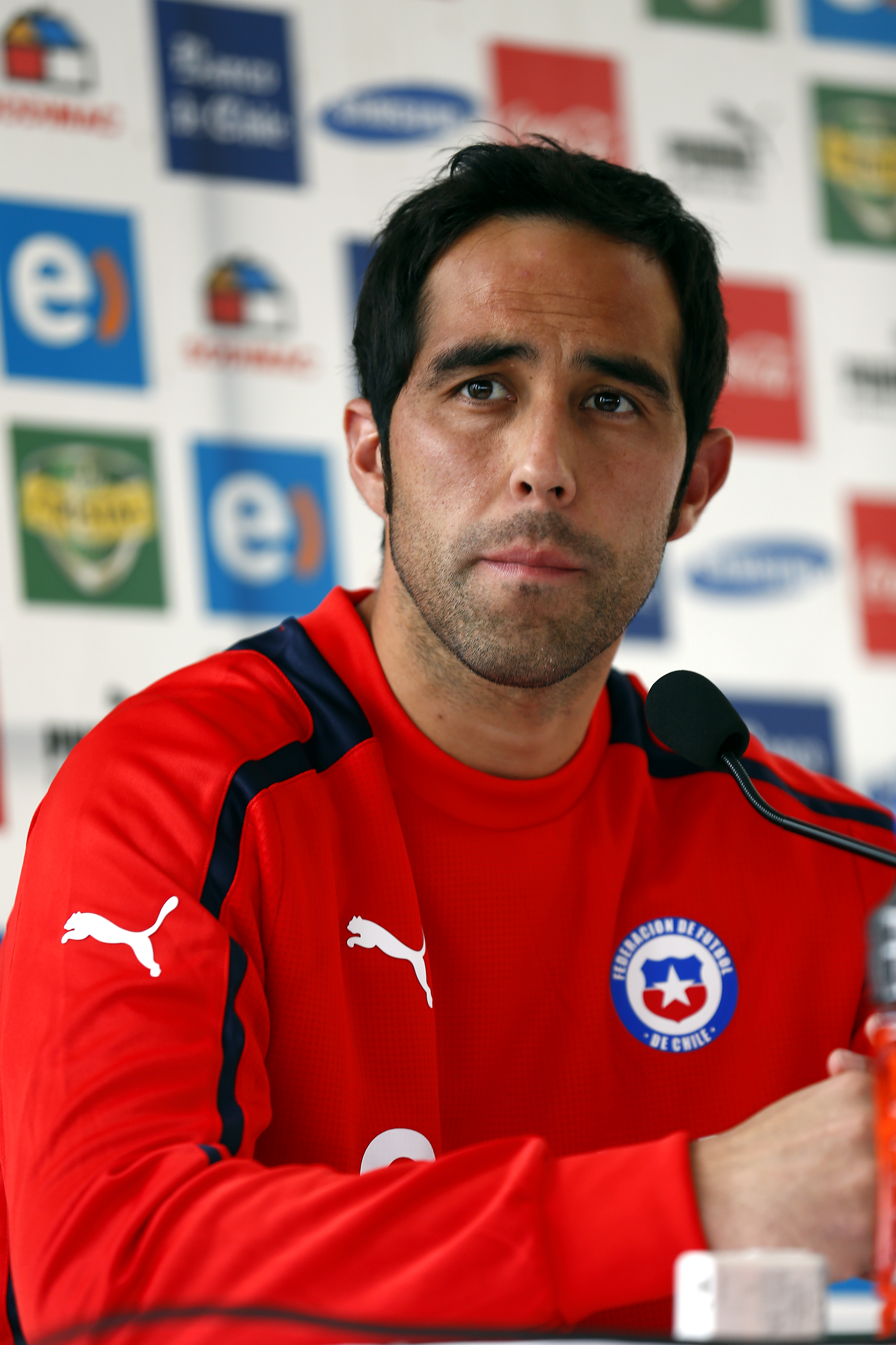 Claudio Bravo, habló con la prensa  después del triunfo de Chile ante España y dijo que hay que ir paso a paso