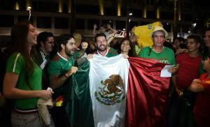 Los fanáticos llegaron hasta las afueras del hotel para recibir a su equipo nacional.
