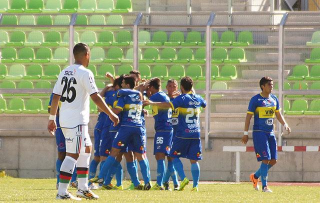 Everton alcanzó el tercer puesto luego de vencer 3-2 a  Lota en Valparaíso.