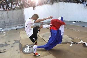 Con esta acción Silva fue detenido por fomentar la violencia en los estadios.