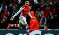 Alexis vio acción en el duelo ante Liverpool.