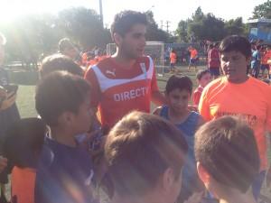 Stefano junto a los niños de la comuna de Recoleta tras finalizar la especial jornada.