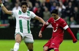 Magnasco en su paso por el Groningen de Holanda jugando ante el FC Twente de Felipe Gutiérrez.