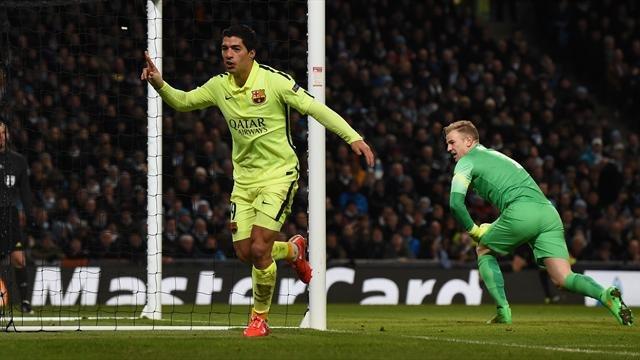 El uruguayo anotó un doblete en la victoria del Barça como visita en Manchester.