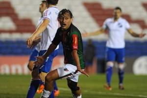 """El """"Tiburón"""" Ramos anotó el tanto de visita, que sirvió para ubicar al elenco de La Cisterna en la fase de grupos de la Copa Libertadores."""
