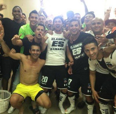 """La celebración del elenco albo en camarines. """"Clásico es ganarte""""."""