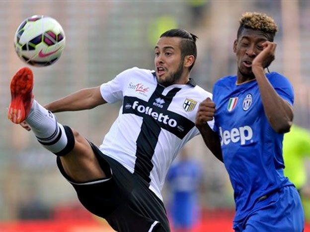 Cristóbal Jorquera lucha una pelota con Koman de la Juventus