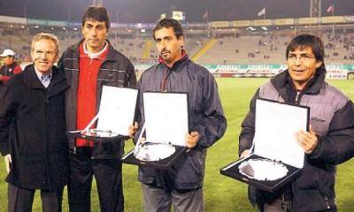 René Pinto, segundo de derecha a izquierda, recibiendo conmemoración por su ayuda al club Alianza Lima