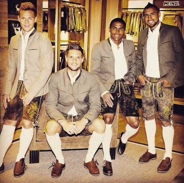 Arturo Vidal luce vestimenta antigua alemana junto a sus compañeros del Múnich.
