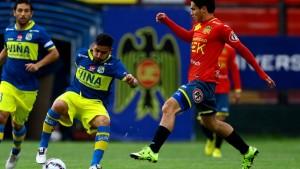 Pablo Galdames peleando un balón. ( Fuente: Agencia Uno)