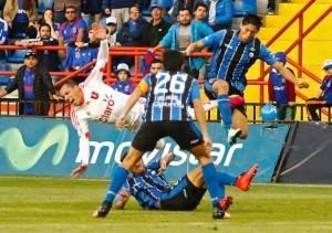 Ubilla salió lesionado, después de recibir una fuerte entrada de Bizama.