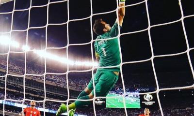 La gran atajada de la copa. Bravo fue fundamental y clave en la final ante Argentina.