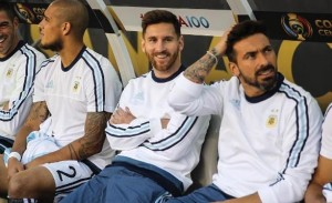 Martino guardó a Messi ante su lesión.