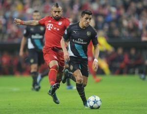 Alexis Sánchez y Arturo Vidal disputando un balón en un duelo entre Arsenal vs Bayern Munich
