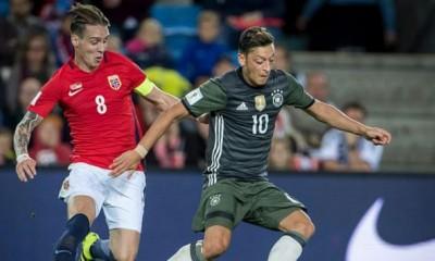 Mesut Özil abrió el partido para Alemania.