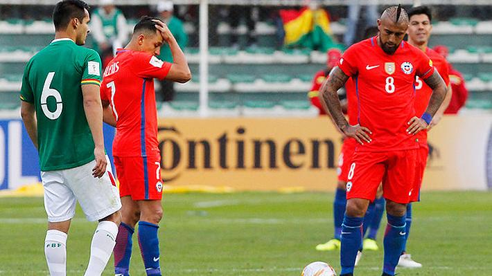 Alexis y Vidal, dos de los estandartes de Chile que anduvieron muy bajo en La Paz. Chile cayó ante Bolivia y complicó su opción de clasificar al Mundial.