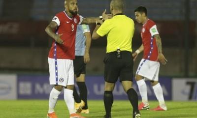 chile-Arturo-Vidal-Eber-Aquino_arbitro