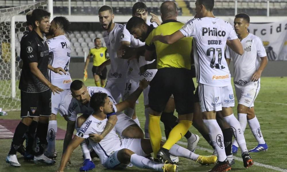 Fútbol-Libertadores: Santos pierde ante LDU pero avanza a cuartos