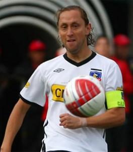 Héctor Tapia destacó a Luis Mena, esperando que el defensa aún no se retire.