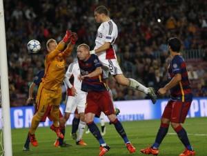 El portero alemán volvió a ser víctima de las burlas y la crítica por la complicidad en el gol del Leverkusen.