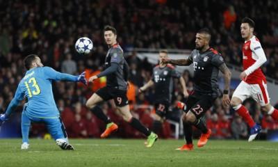 Arturo Vidal define con clase para anotar uno de sus dos goles que aportó en el triunfo del Bayern ante el Arsenal.