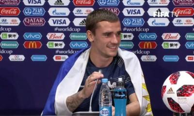 Urugauy, que en la conferencia de prensa estuvo con la bandera del país charrúa.